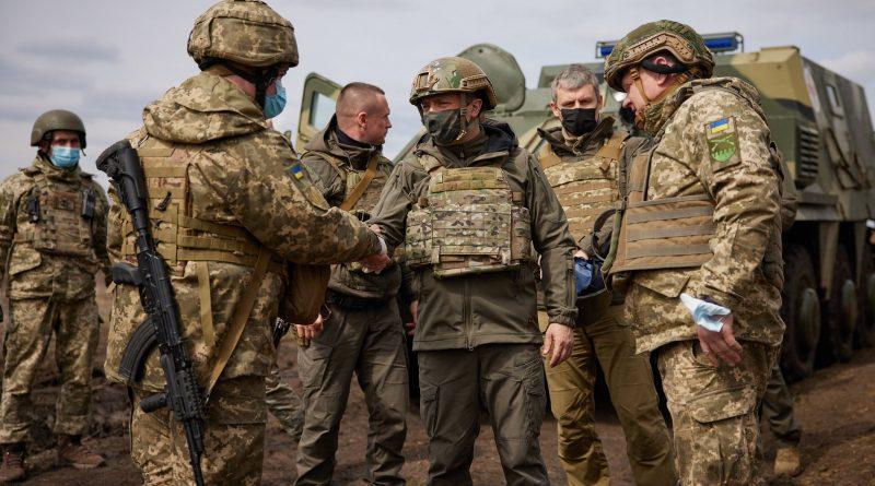 """Amerikiečiai skelbia, jog Rusija prie Ukrainos sienos sutelkė tiek pajėgų, kiek jų nebuvo nuo konflikto pradžios regione prieš septynerius metus, vėl gąsdina ten dislokuojamomis rusiškomis raketomis ir pateikia atitinkamus duomenis. Tačiau egzistuoja ir kiti faktai, kurie Lietuvoje dažniausiai neviešinami. Juos skaitytojams pateikia Nepriklausomybės Atkūrimo Akto signataras, politikos apžvalgininkas Rolandas Paulauskas. nuotr. 1 nuotr. Nuolat mažėjant populiarumui Ukrainos prezidentas Volodymyras Zelenskis šiomis dienomis lanko ukrainiečių karius fronto apkasuose. EPA-Eltos nuotr. JAV agentūros """"Janes"""", kuri specializuojasi gynybos sektoriaus atvirųjų duomenų analizės srityje, analitikas Tomas Balokas (Thomas Bullock) skelbia išsiaiškinęs, kad Rusija prie sienos su Ukraina telkia karines pajėgas, kurias sudaro mažiausiai 14 dalinių ir keletas raketų kompleksų """"Iskander"""". Šiame pranešime teigiama, kad esą perdislokuojamos Rusijos centro karinės apygardos pajėgos. Sienos link esą juda tankai, pėstininkų kovos mašinos bei reaktyvinės salvinės sistemos """"Uragan"""". """"Janes"""" teigimu, į Voronežo sritį, besiribojančią su Ukraina, atgabenta keletas raketų kompleksų """"Iskander"""". Greičiausiai jie priklauso 119-ajai raketų brigadai, dislokuotai Sverdlovsko srityje. """"Janes"""" taip pat informuoja, kad į pietus nuo Voronežo įkurtas poligonas, kuriame yra tolimojo ryšio kompleksų ir lauko ligoninių. Kryme ir kaimyniniame Krasnodaro krašte stebimas analogiškas karių ir technikos telkimas, įskaitant pėstininkų kovos mašinas ir savaeigius minosvaidžius """"Tiulpan"""". Šiuo atveju esą perdislokuojamos Rusijos pietų karinės apygardos pajėgos. Kokiu tikslu tai daroma - nepaaiškinama. Panaši informacija sklinda ir iš Baltųjų rūmų. """"Rusija dabar pasienyje su Ukraina turi daugiau karių nei bet kada nuo 2014 metų"""", - ketvirtadienį žurnalistams sakė prezidento Džo Baideno (Joe Biden) atstovė Džen Psaki (Jen Psaki). Vašingtonui, anot jos, """"vis didesnį nerimą kelia aštrėjanti Rusijos agresija Rytų Ukraino"""